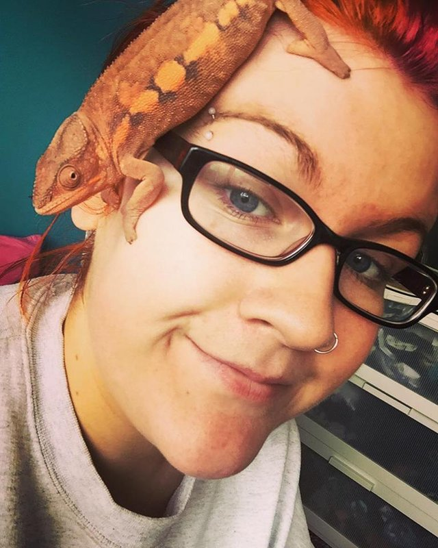 lady with gecko on head