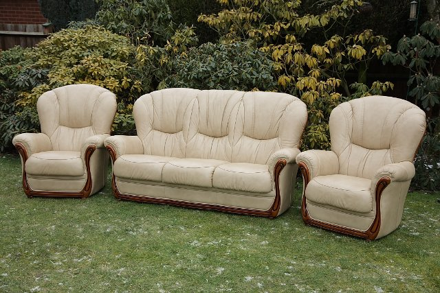 Image 2 of LEATHER BARDI CHESTERFIELD WING BACK 3 PIECE SUITE SETTEE.