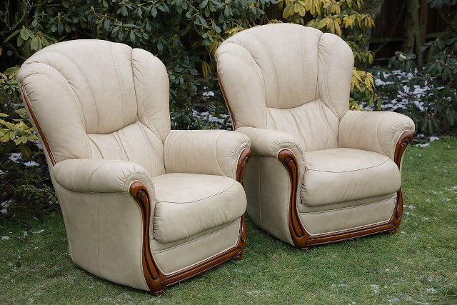 Image 5 of LEATHER BARDI CHESTERFIELD WING BACK 3 PIECE SUITE SETTEE.