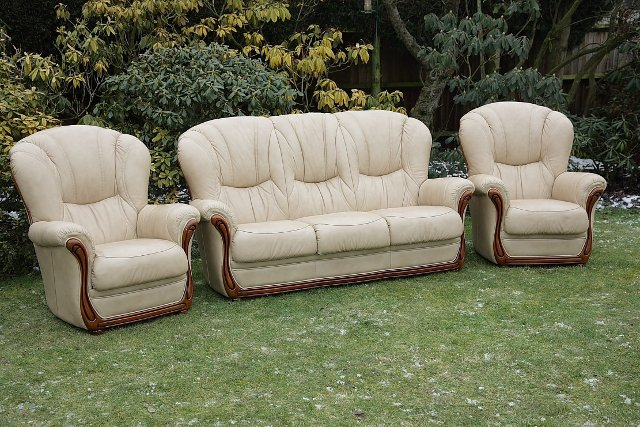 Image 6 of LEATHER BARDI CHESTERFIELD WING BACK 3 PIECE SUITE SETTEE.