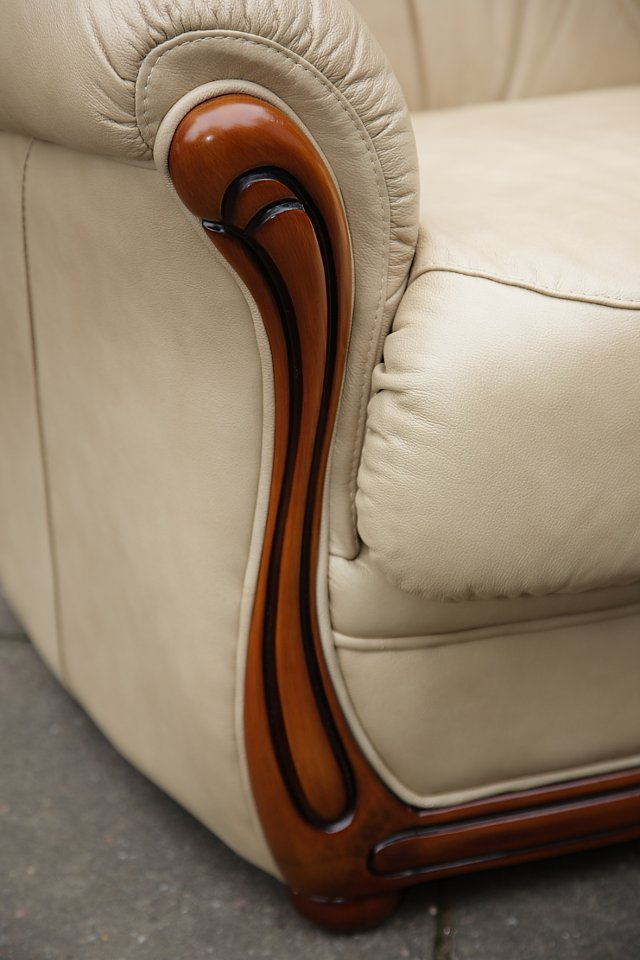 Image 9 of LEATHER BARDI CHESTERFIELD WING BACK 3 PIECE SUITE SETTEE.