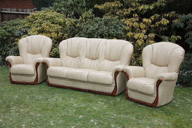 Image 10 of LEATHER BARDI CHESTERFIELD WING BACK 3 PIECE SUITE SETTEE.