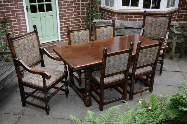 Image 9 of TITCHMARSH & GOODWIN STYLE OAK DINING TABLE & SIX CHAIRS