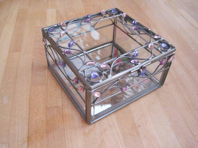 Preview of the first image of GLASS Jewellery box with wire filligree with purple + pink.
