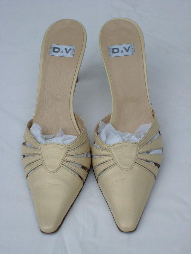 Preview of the first image of D & V Italian Cream Leather Mule Shoes – Size 4/37.