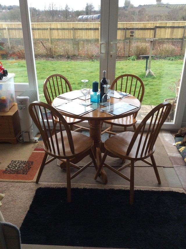 CHIC CIRCULAR DINING TABLE WITH 4matching Spoke Chairs