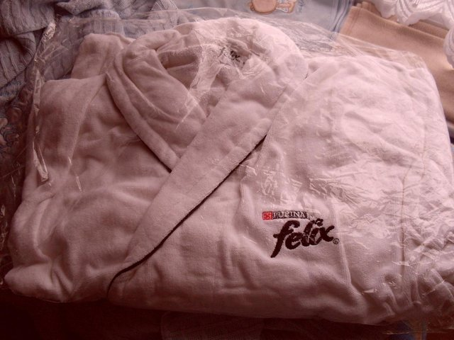 026668f8db WHITE SOFT TOWELING DRESSING GOWN WITH PAWS ON THE POCKETS, FELIX ON THE  INSIDE LABEL AND FELIX PURINA ON THE LEFT SIDE. UNISEX SIZE MEDIUM.