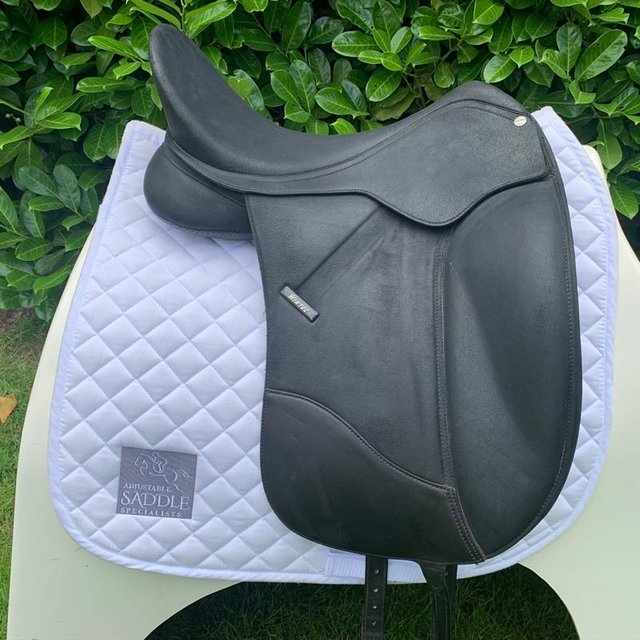 Image 4 of Wintec Isabell Werth 17.5 inch dressage saddle