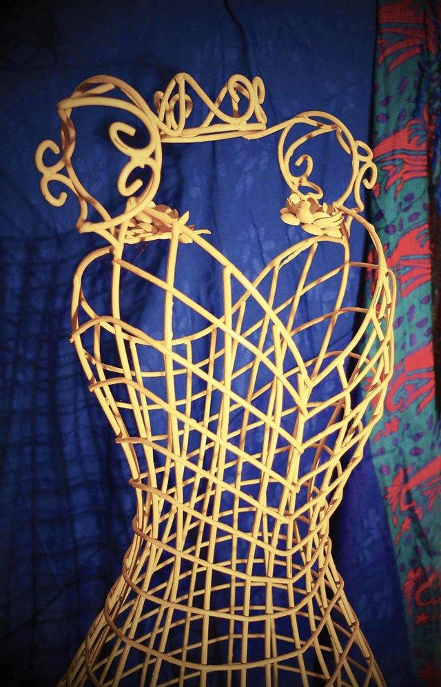 Image 3 of VINTAGE-LOOK, FRENCH LOOK, CREAM WIRE MANNEQUIN