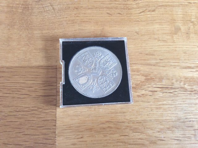 Image 2 of 1953 five shilling coin in case.