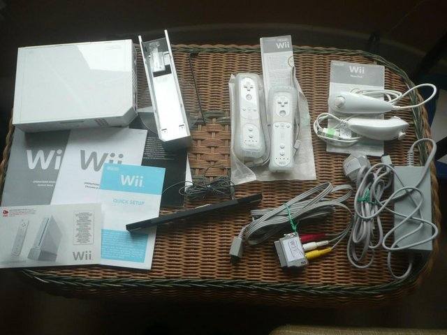 Preview of the first image of Nintendo Wii console and Wii Play disc.