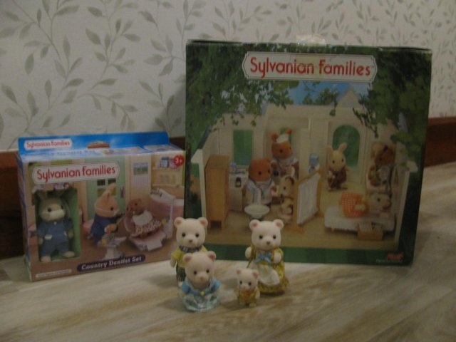 Preview of the first image of Lot 2 Sylvanian Family.