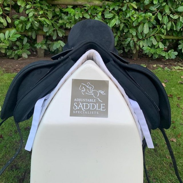 Image 7 of Wintec Isabell Werth 17.5 inch dressage saddle