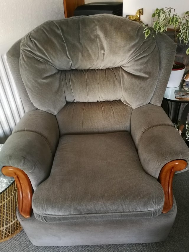 Image 3 of Settee and chairs