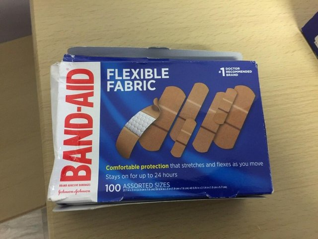 Image 3 of 2X BAND-AID Flexible Fabric Adhesive Bandages 100 Assorted S