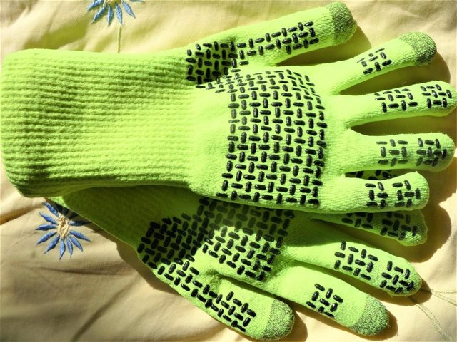 Preview of the first image of GLOVES - Waterproof Ultra Grip Knitted Glove from Sealskinz.