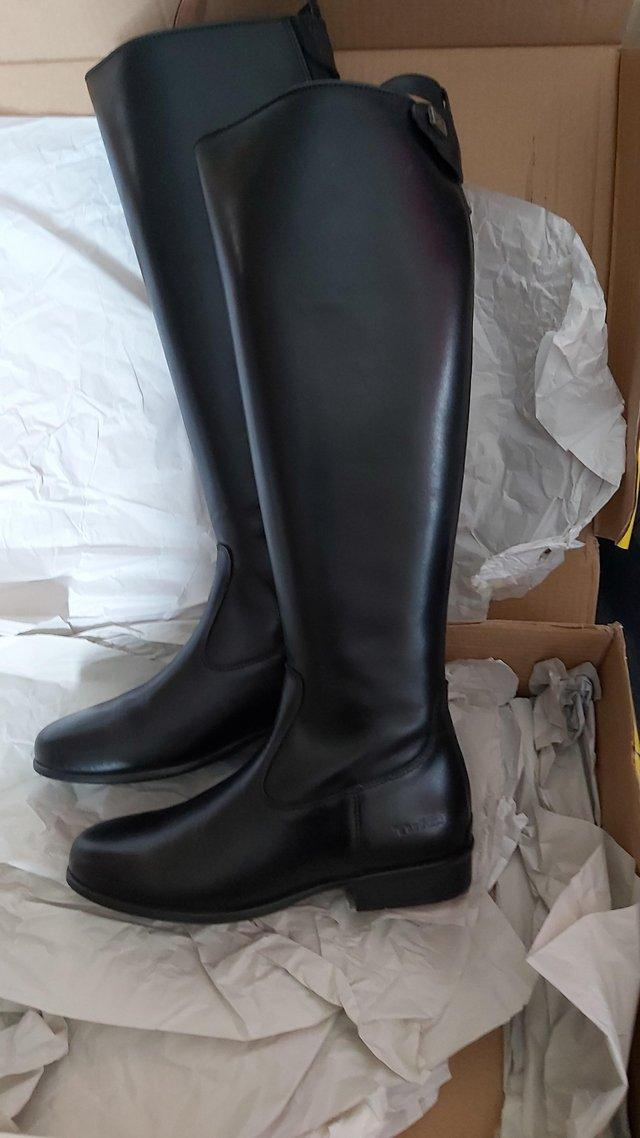 Preview of the first image of New Tuffa showtime leather boots size 5.